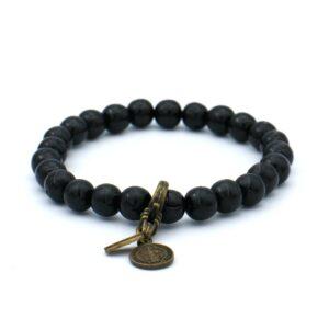 Zwarte heren armband uit onze eigen collectie gemaakt van houten kralen met rekbaar elastiek zodat hij om bijna iedere mannenpols wel past mooi afgewerkt met een gouden munt