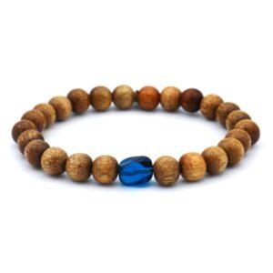 Zomerse heren armband gemaakt van bruine houten kralen met een blauwe morano steen er in verwerkt