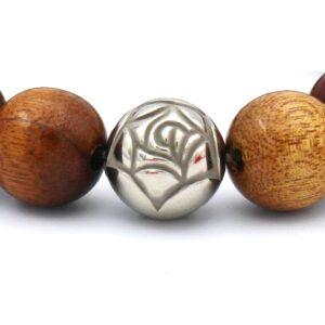 Afbeelding van heren armband die inzoomt op de voorkant van de armband waarop kleurrijke kralen te zien zijn inclusief een zilveren roos kraal
