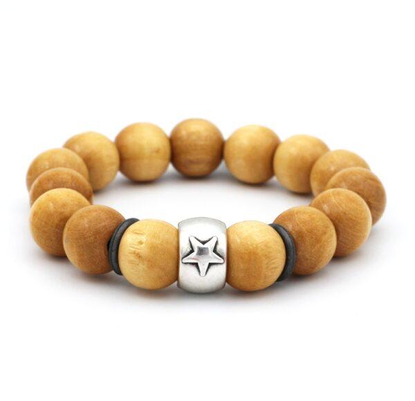 Vrolijke heren armband product foto laat zien hoe de armband er uit ziet en is gemaakt van houten kralen