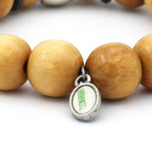 Uitvergrote foto van de achterkant van lichtbruine heren armband met duidelijk in beeld het logo van ons eigen merk bbbrasil