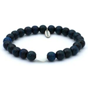productfoto uit de webshop van een heren armband gemaakt van houten kralen in de kleur diepblauw met witte steen