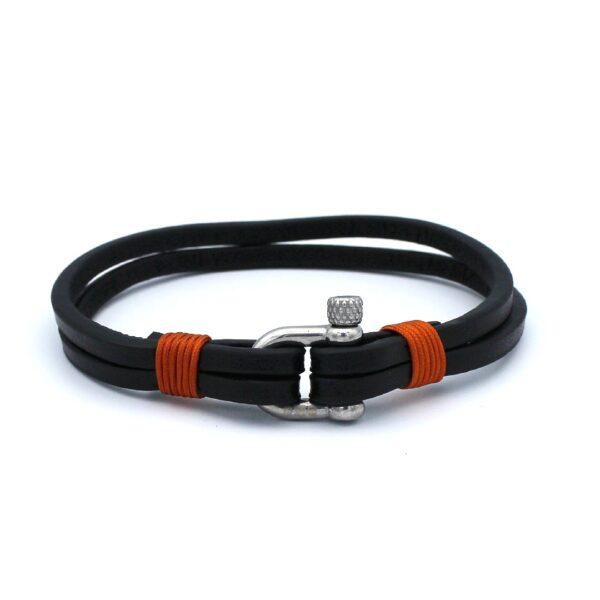 De Andrew is een zwarte leren Heren Armband afgewerkt met lichtbruin touw. De combinatie van leer en touw zie je tegenwoordig steeds vaker en komt in dit bandje goed tot zijn recht. Een tijdloos model en daarmee een leuke aanwinst voor je garderobe.