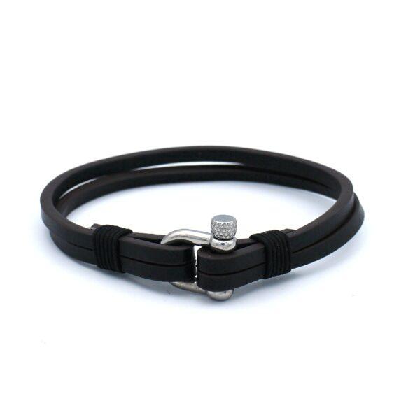 De Billy is een dubbele leren Heren Armband subtiel afgewerkt met zwart touw koord. Het kleurverschil tussen het zwarte en bruine bandje geeft de armband swoeng zonder aan strakheid in te leveren.