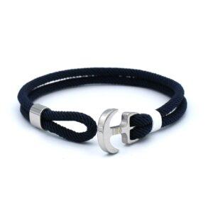 De Fabian is een navyblauwe ankerarmband gemaakt van touw. Het dubbele touw ontwerp is vormgegeven met een zeemansanker en verschuifbare ring gemaakt van roestvrijstaal. In combinatie met het verfrissende witte touw design is dit een bandje waarmee je goed voor de dag kan komen.