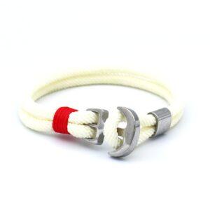 De Tomas is een witte ankerarmband gemaakt van touw. Een populaire Heren Armband die goed gecombineerd kan worden met andere accessoires zoals bijvoorbeeld een (roestvrijstaal) horloge. Maar ook solo komt dit bandje goed tot zijn recht.