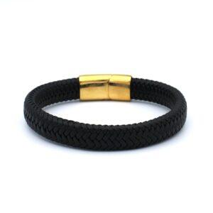 Zwarte lederen Heren Armband met een gouden RVS sluiting. De gevlochten stijl van de band wordt verbonden met een gepolijste gouden kliksluiting. Deze combinatie geeft de armband een luxe retro look. Deze heren armband is comfortabel om te dragen en aantrekkelijk voor het oog.