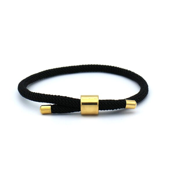 Zwarte Heren Armband gemaakt van touwkoord met een verstelbare gouden sluiting van roestvrijstaal. Deze subtiele en elegante 3mm touw armband is een tijdloos model dat mooi matcht met bijvoorbeeld een formele kledingstijl. Dankzij de in het oog springende gouden accenten maakt dat deze heren armband verreweg van saai te noemen is.
