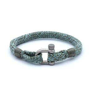 De Isaac is een handgemaakte steenblauw & theegroene single rope Heren Armband uit onze eigen collectie. De gewoven tweekleurige armband is afgewerkt met een dubbel touw ontwerp en een RVS pinsluiting. Een eigentijdse armband die dankzij de tonische kleurencombinatie opvalt in positieve zin.