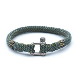 De Dean is een handgemaakte geelblauwe single rope Heren Armband uit onze eigen collectie. Deze gewoven tweekleurige armband is afgewerkt met een dubbel touw ontwerp en een RVS pinsluiting. Smaakvolle zomerse heren armband die past bij een vrolijke vent zoals jij. Matcht goed met bijvoorbeeld een T-shirt en korte broek.
