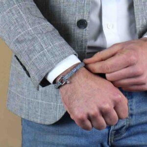 Model die een blauwe armband draagt