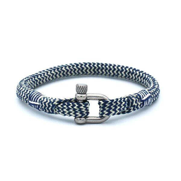 De Blake is een handgemaakte Navyblauw en witte single rope Heren Armband uit onze eigen collectie. De gewoven tweekleurige armband is afgewerkt met een dubbel touw ontwerp en een RVS pinsluiting. Een van de populairste heren armbanden van dit moment en een absolute bestseller onder jong en oud.