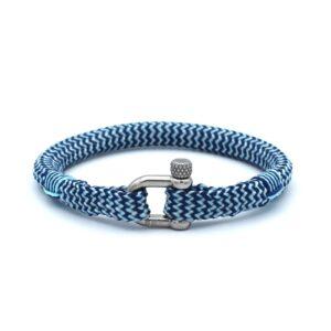 De Harold is een handgemaakte navyblauw en zilvergrijze single rope Heren Armband uit onze eigen collectie. De gewoven tweekleurige armband is afgewerkt met een dubbel touw ontwerp en een RVS pinsluiting. Een leuke aanwinst voor eigenlijk iedere garderobe. Matcht goed met bijvoorbeeld een spijkerbroek of donkere pantalon.