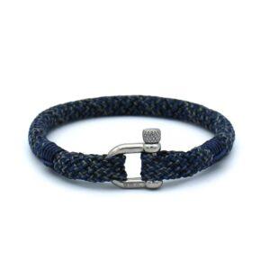 De Marcus is een handgemaakte single rope Heren Armband uit onze eigen collectie in de kleuren blauw, zwart en zilvergrijs. De gewoven driekleurige armband is afgewerkt met een dubbel touw ontwerp en een RVS pinsluiting. De donkere kleur zwart breekt mooi met de lichtere blauw en zilvergrijs accenten. Het design en de warme uitstraling van de armband doet denken aan een wollen sjaal of dikke trui die je aantrekt na een dag skiën of wandelen. Aan gezelligheid en bij elkaar zijn.