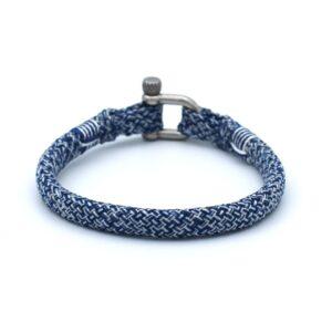 De Roger is een handgemaakte blauw en zilverwitte single rope Heren Armband uit onze eigen collectie. De gewoven tweekleurige armband is afgewerkt met een dubbel touw ontwerp en een RVS pinsluiting. De dominante bijzondere kleur blauw in samenspel met het frisse zilverwitte zorgen voor een koel en opgewekte uitstraling. Deze heren armband wordt standaard geleverd met een zilverkleurige gepolijste RVS sluiting. De sluiting is ook beschikbaar in het matzwart.