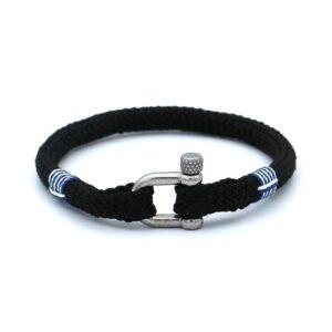 De Colin is een handgemaakte zwarte single rope Heren Armband uit onze eigen collectie. Deze gewoven zwartkleurige armband is afgewerkt met een dubbel touw ontwerp en een comfortabele RVS pinsluiting. Een stoere en elegante heren armband voor ieder moment. De strakke zwarte armband wordt gebroken door het blauw-witte touw design. Dit maakt dat het bandje verreweg van basic te noemen is.