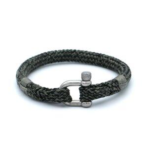De Gavin is een handgemaakte zwarte en grijsgroene single rope Heren Armband uit onze eigen collectie. De gewoven tweekleurige armband is afgewerkt met een dubbel touw ontwerp en een comfortabele RVS pinsluiting. Ongetwijfeld een unieke heren armband met een warme en uitnodigende kleurencombinatie. Een karakteristieke touw armband ontworpen voor de moderne man. Tegelijkertijd is dit bandje ook erg representatief en kan zonder twijfel gedragen worden in een zakelijke setting.