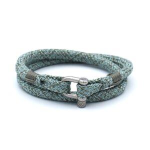 De Ariny is een handgemaakte steenblauw & theegroene double rope Heren Armband uit onze eigen collectie. De gewoven tweekleurige armband is afgewerkt met een dubbel touw ontwerp en een RVS pinsluiting. Een eigentijds ontwerp uitgebracht in een unieke kleurencombinatie. Een representatieve armband die staat voor de modebewuste man.
