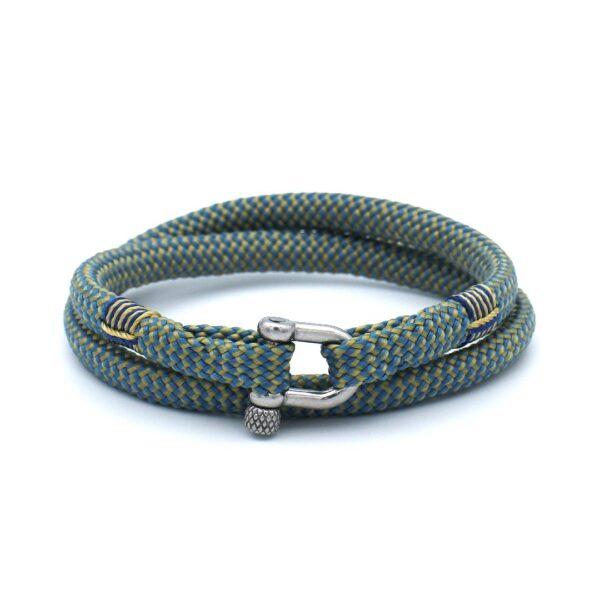 De Nestor is een handgemaakte geelblauwe double rope Heren Armband uit onze eigen collectie. Deze gewoven tweekleurige armband is afgewerkt met een dubbel touw ontwerp en een comfortabele RVS pinsluiting. Stijlvolle zomerse heren armband waarmee je goed voor de dag komt. De vrolijke kleuren matchen mooi met bijvoorbeeld een T-shirt en een korte broek.