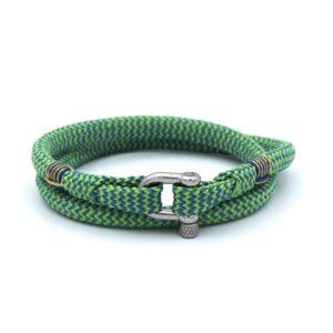 De Chris is een handgemaakte grasgroene en hemelsblauwe double rope Heren Armband uit onze eigen collectie. Deze gewoven tweekleurige armband is afgewerkt met een dubbel touw ontwerp en een comfortabele RVS pinsluiting. Een aantrekkelijk ontwerp met een hippe kleurencombinatie. Een match made in heaven.