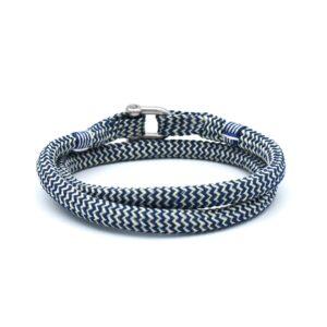 De Fernand is een handgemaakte Navyblauw en witte double rope Heren Armband uit onze eigen collectie. Deze gewoven tweekleurige armband is afgewerkt met een dubbel touw ontwerp en een comfortabele RVS pinsluiting. Een van de populairste heren armbanden van dit moment en een absolute bestseller onder jong en oud.