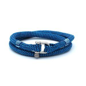 De Jerry is een handgemaakte double rope Heren Armband uit onze eigen collectie in de kleuren diepblauw en hemelsblauw. De gewoven tweekleurige armband is afgewerkt met een dubbel touw ontwerp en een comfortabele RVS pinsluiting. Een bekend en geliefd model uitgegeven in deze unieke blauwe kleurencombinatie. De lichte en donkere blauwkleuren passen bij nagenoeg iedere outfit.