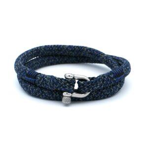 De William is een handgemaakte double rope Heren Armband uit onze eigen collectie in de kleuren blauw, zwart en zilvergrijs. De gewoven driekleurige armband is afgewerkt met een dubbel touw ontwerp en een aangename RVS pinsluiting. De donkere zwartkleur breekt mooi met de lichtere kleur blauw en de zilvergrijze accenten. Het design en de warme uitstraling van de armband doet denken aan een wollen sjaal of dikke trui die je aantrekt na een dag skiën of hiken. Aan gezelligheid en bij elkaar zijn.