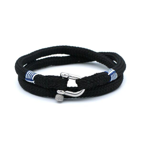 De Matthew is een handgemaakte zwarte double rope Heren Armband uit onze eigen collectie. Deze gewoven zwartkleurige armband is afgewerkt met een dubbel touw ontwerp en een aangename RVS pinsluiting. Een mannelijke en elegante heren armband die past bij ieder moment en elke soort outfit. De strakke zwarte armband wordt gebroken door het charismatische blauw-witte touw design. Dit maakt dat het bandje verreweg van basic te noemen is.