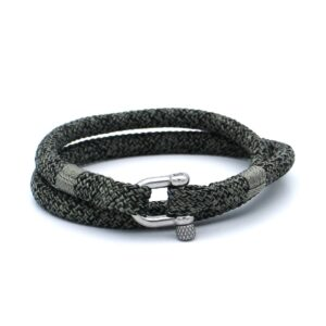 De Karl is een handgemaakte zwarte en grijsgroene double rope Heren Armband uit onze eigen collectie. De gewoven tweekleurige armband is afgewerkt met een dubbel touw ontwerp en een aangename RVS pinsluiting. Een absoluut unieke heren armband met een warme en uitnodigende kleurencombinatie. Een karakteristieke touw armband ontworpen voor de moderne en modieuze man. Tegelijkertijd is dit bandje ook erg representatief en kan zonder twijfel gedragen worden in een zakelijke setting.