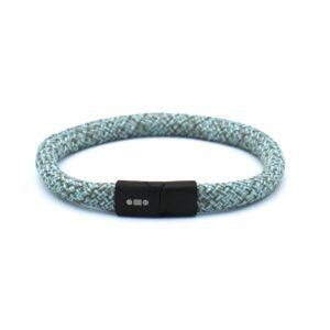 De Nate is een handgemaakte steenblauw & theegroene single rope Heren Armband uit onze eigen collectie. De gewoven tweekleurige armband is afgewerkt met een magnetische RVS kliksluiting. Een eigentijdse armband die dankzij de tonische kleurencombinatie opvalt in positieve zin. Over smaak valt niet te twisten, maar met dit bandje zit je altijd goed. Staat mooi in combinatie met een horloge of een andere accessoire.