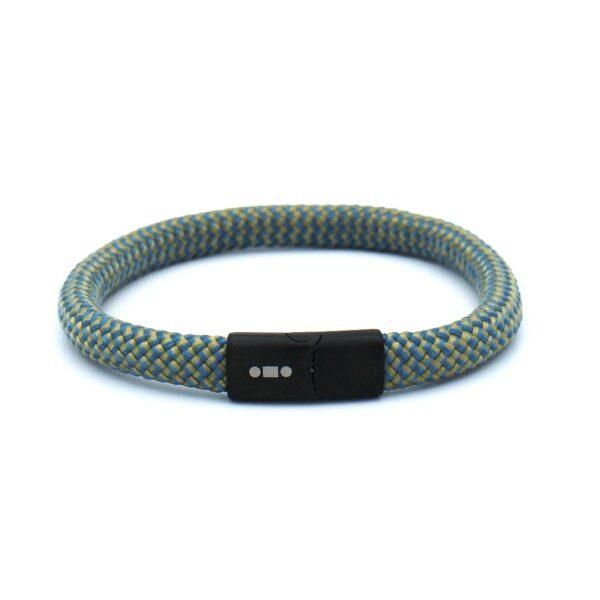 De Philippe is een handgemaakte geelblauwe single rope Heren Armband uit onze eigen collectie. De gewoven tweekleurige armband is afgewerkt met een magnetische RVS kliksluiting. Een smaakvolle zomerse heren armband die voor een extra dosis vrolijkheid zorgt in je leven.